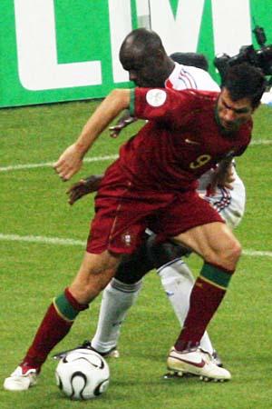 图文:搜狐直击葡萄牙0-1法国 保莱塔禁区里转身
