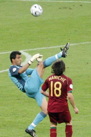 图文:搜狐直击葡萄牙0-1法国 里卡多倒勾射门