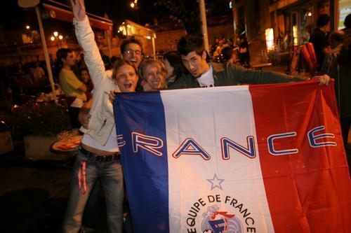 图文:葡萄牙0-1法国 球迷队伍直奔凯旋门