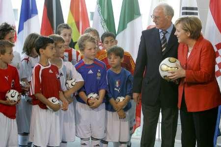组图:贝肯鲍尔和德国总理展示06世界杯官方用球