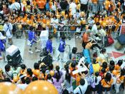 神话的歌迷在机场搭起橘色通道