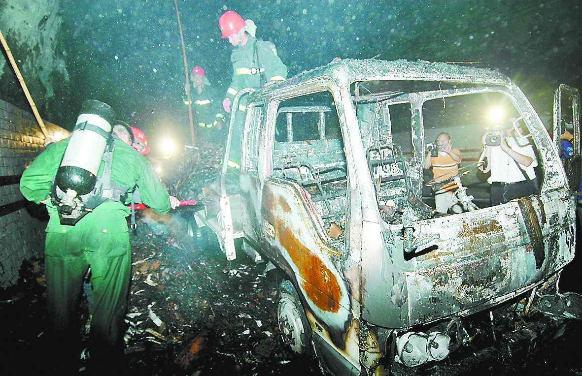 载有5吨废纸的货车行至浙江温州温瞿公路天长岭隧道时,突然自燃起火.