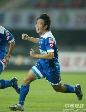 图文:沈阳金德2-2青岛中能 于贵君庆祝进球
