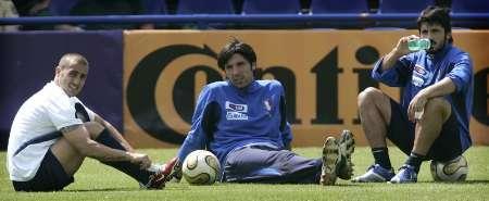 组图:意大利队备战决赛 队员们放松心情排排坐