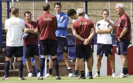图文:意大利队备战决赛 里皮向球员传授战术