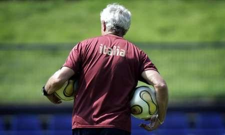 图文:意大利队备战决赛 里皮在训练期间捡球