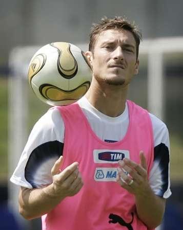 图文:意大利队备战决赛 托蒂在训练中控球