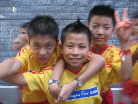 直击:中国球童亮相世界杯 牵手保莱塔入场(图)