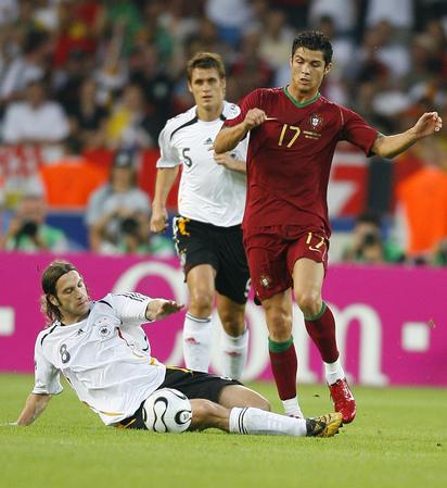 图文:德国VS葡萄牙 弗林斯防守小小罗突破