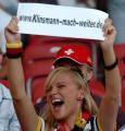 图文:德国VS葡萄牙 德国球迷手舞足蹈