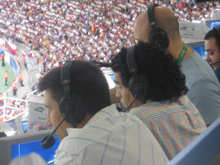 直击:马拉多纳站着现场评球 多数时间只看不说