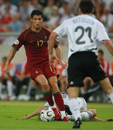 图文:德国VS葡萄牙 C-罗纳尔多带球突破