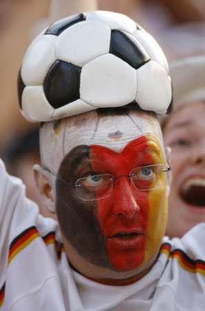 图文:德国VS葡萄牙 德国球迷的足球礼帽