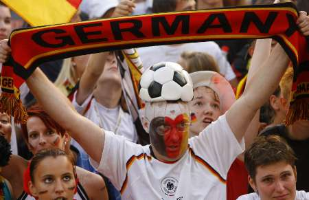 图文:德国VS葡萄牙 德国球迷高举旗帜