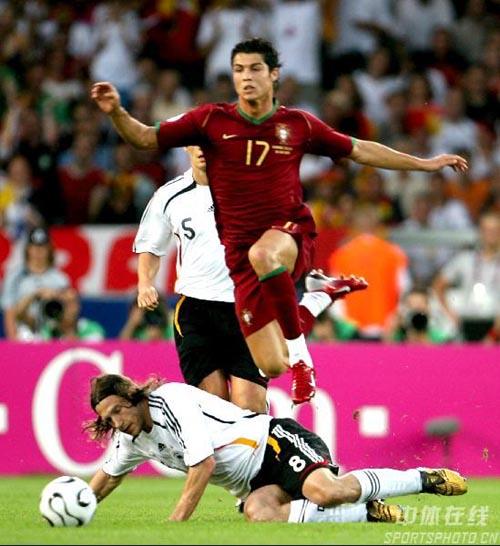 图文:德国VS葡萄牙 C罗纳尔多飞身一跃
