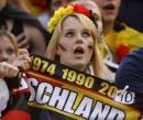 图文:德国VS葡萄牙 德国女球迷表情惊讶