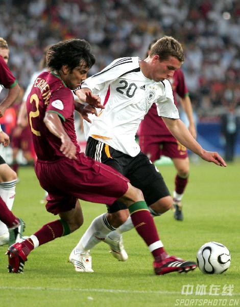 图文:德国3-1葡萄牙 波多尔斯基带球突破
