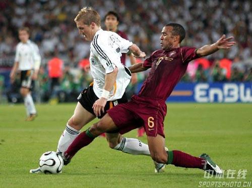 图文:德国3-1葡萄牙 科斯蒂尼亚飞铲对方队员