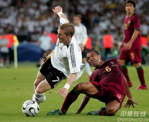图文:德国3-1葡萄牙 施魏因施泰格带球受阻