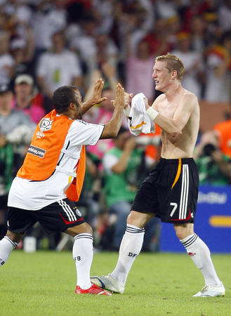 图文:德国3-1葡萄牙 小猪进球后与队友庆祝