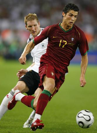 图文:德国3-1葡萄牙 C-罗纳尔多带球突破