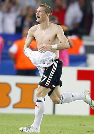 图文:德国3-1葡萄牙 小猪梅开二度后脱衣庆祝