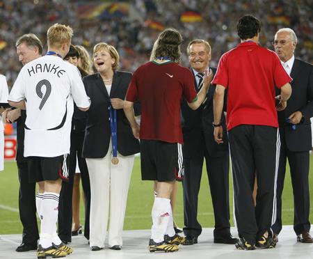 五巨头颁奖送祝福 德国队世界杯之旅圆满结束