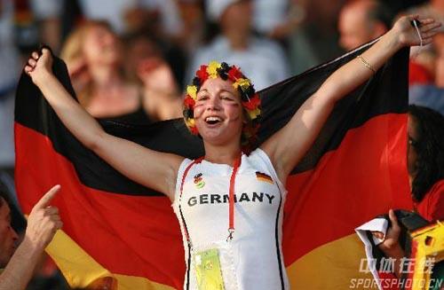 图文:德国3-1葡萄牙 德国小球迷庆祝胜利