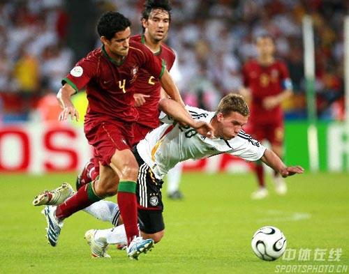 图文:德国3-1葡萄牙 波多尔斯基突破被放倒