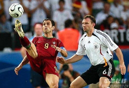 图文:德国3-1葡萄牙 葡萄牙保莱塔大脚传球