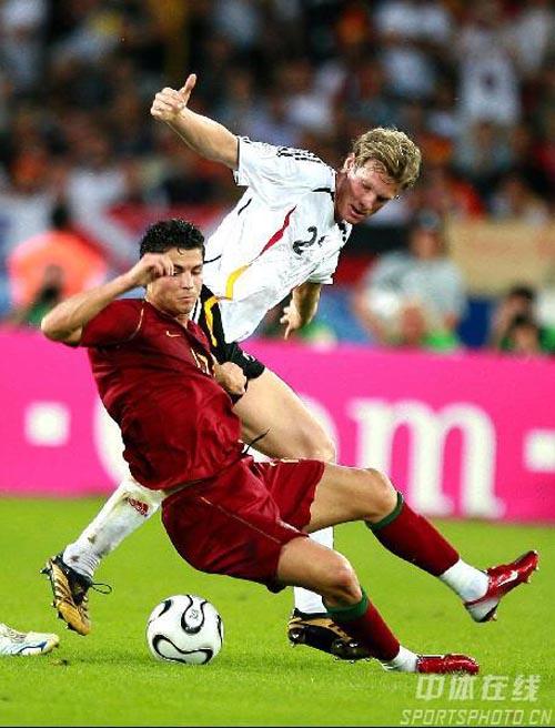 图文:德国3-1葡萄牙 C罗纳尔多倒地护球