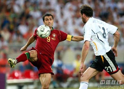 图文:德国3-1葡萄牙 保莱塔门前大力抽射