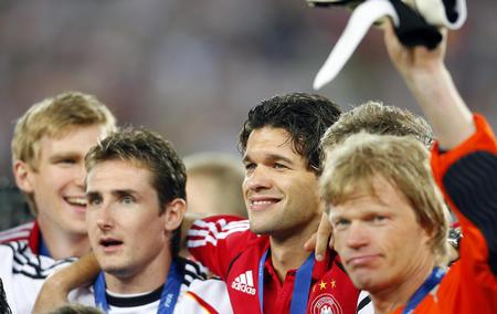 图文:德国3-1葡萄牙 巴拉克等在颁奖仪式上