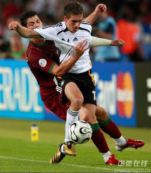 图文:德国3-1葡萄牙 C罗纳尔多背后拉人犯规