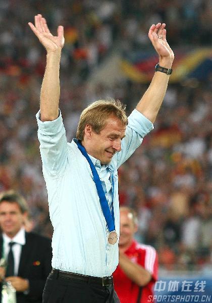 图文:德国3-1葡萄牙 主教练克林斯曼答谢球迷