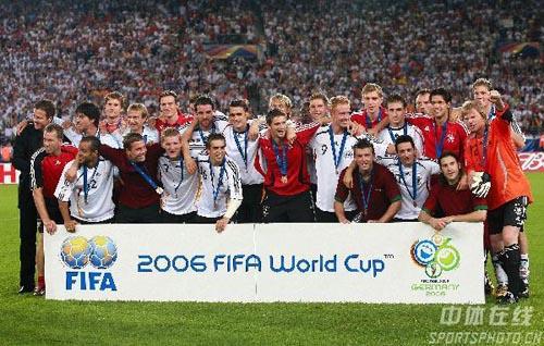 图文:德国3-1葡萄牙 获奖的德国队员合影留念