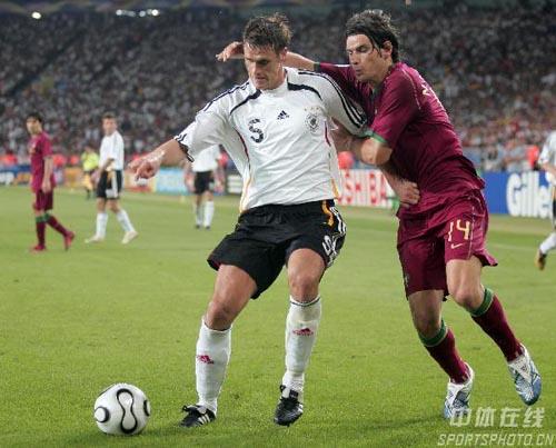 图文:德国3-1葡萄牙 双方队员积极拼抢