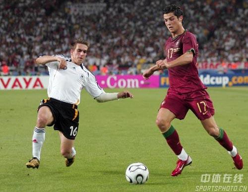 图文:德国3-1葡萄牙 C罗纳尔多带球突破