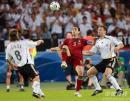 图文:德国3-1葡萄牙 保莱塔对抗中努力停球