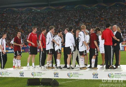 图文:德国3-1葡萄牙 德国队员在领奖台上
