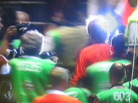 图文:搜狐直击德国3-1葡萄牙 卡恩被记者包围