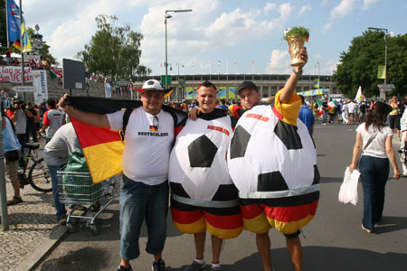 直击:决赛前意法球迷拼歌曲 德国人支持法国队