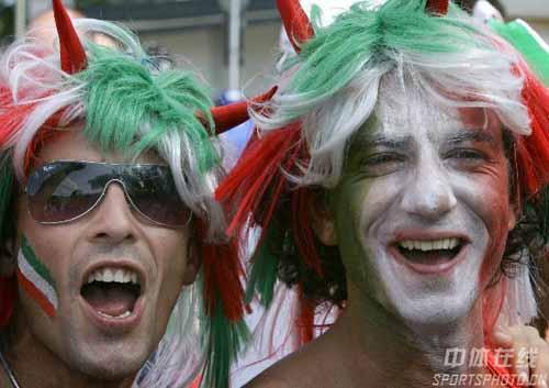 图文:意大利VS法国 等待进场的意大利球迷
