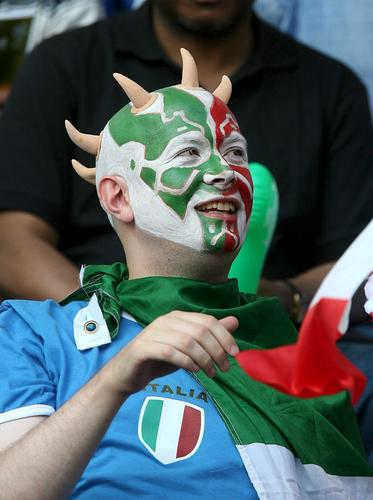 图文:意大利VS法国 意大利球迷观看闭幕式