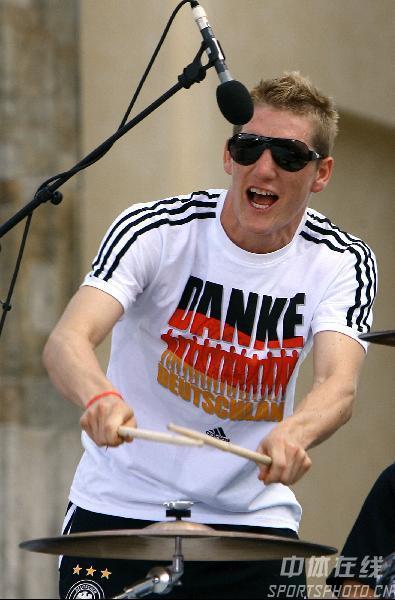 图文:德国举行球迷答谢会 小猪展示音乐才能