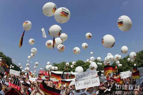 图文:德国举行球迷答谢会 勃兰登堡门欢乐海洋