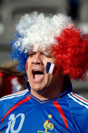 图文:意大利VS法国 法国队球迷高唱马赛曲