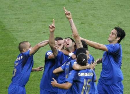 组图:意大利VS法国 马特拉齐庆祝进球