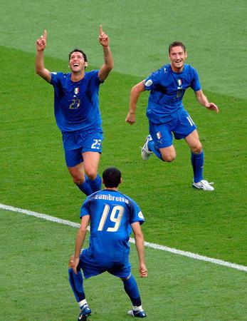 图文:意大利VS法国 马特拉齐庆祝进球