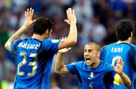 图文:意大利VS法国 庆祝马特拉齐进球
